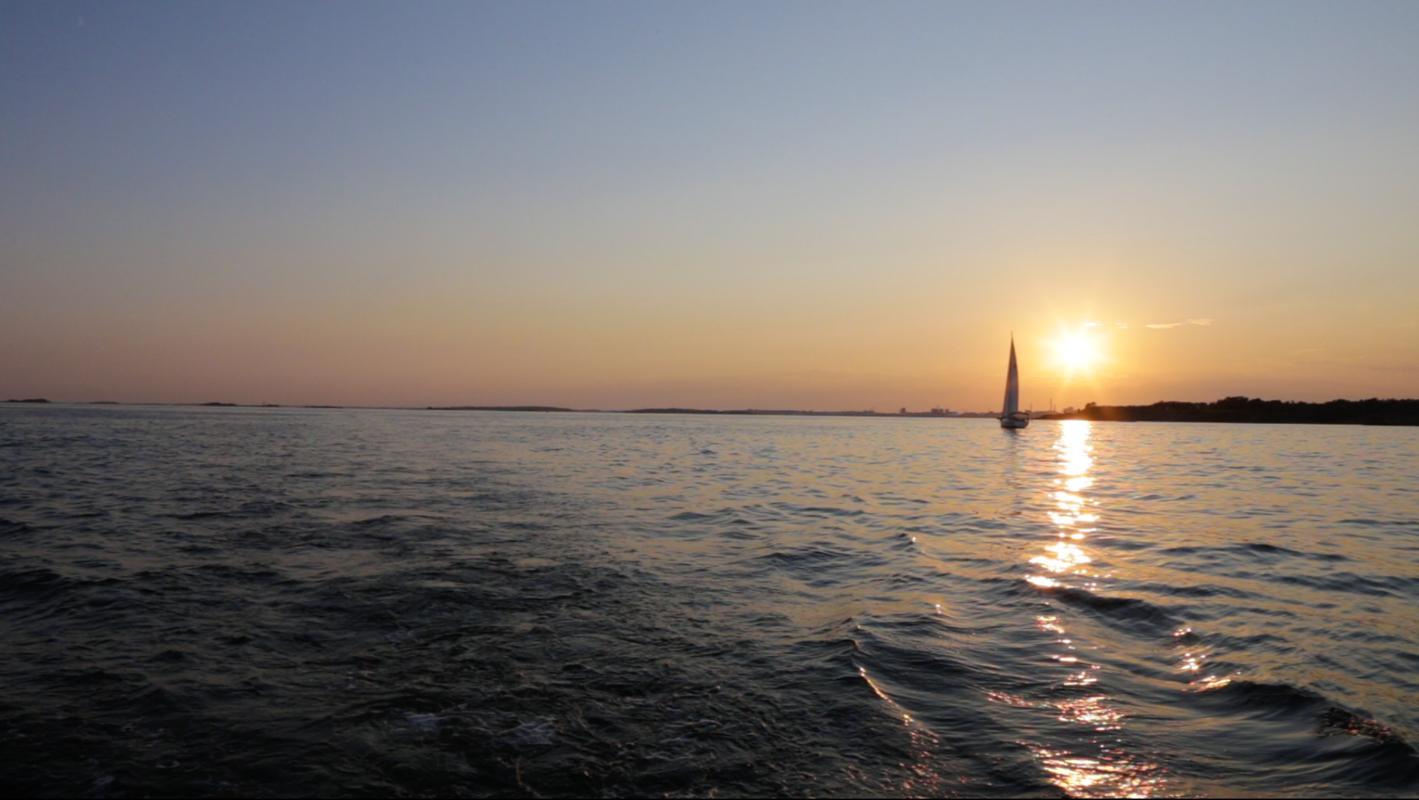 Meri ja auringonlasku.